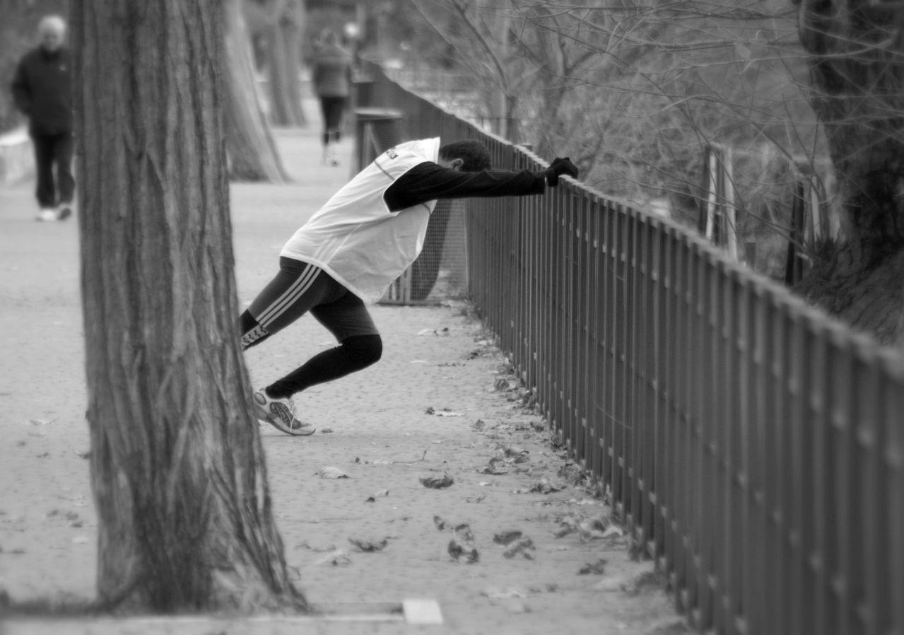 joggeur s'étirant après sa course